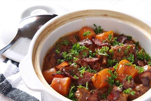 Thịt bò hầm với nguyên liệu rượu vang